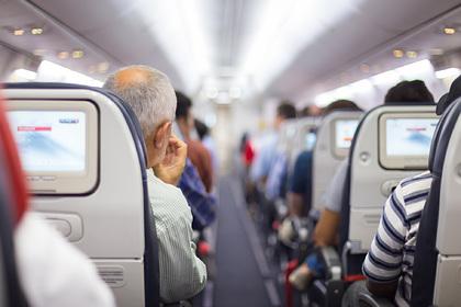 Родители поменяли ребенку подгузник в салоне самолета и ужаснули попутчиков