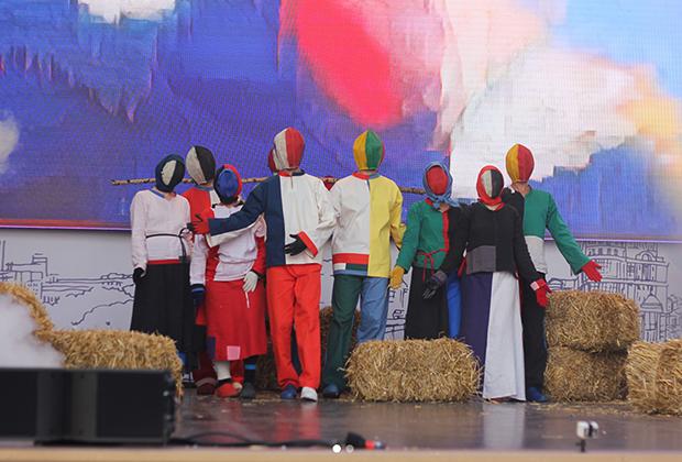 Спектакль «От земли. Супрематические крестьяне» театра Liquid Theatre