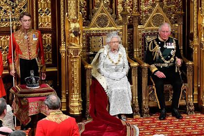 Елизавета II впервые нарушила традицию из-за тяжелой короны