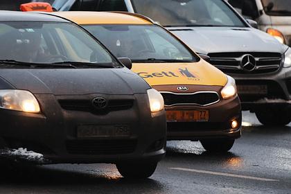 Таксист вытолкал россиянку с ребенком из автомобиля