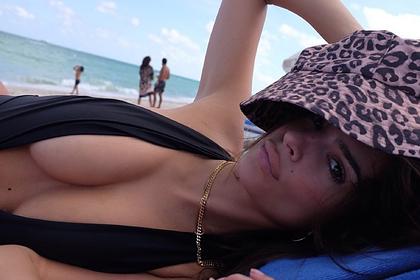 Эмили Ратаковски снялась на пляже в головном уборе из 90-х