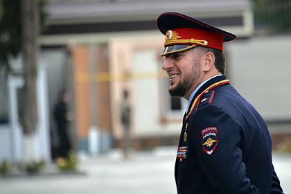 Начальник полиции Чечни объяснился за подзатыльник портрету Кадырова