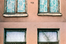 «Слепые» окна одного из местных зданий. Что происходит внутри — неизвестно. В промышленной зоне у Обводного канала сняты сцены некоторых российских кинофильмов. «Красный треугольник», например, в 2012 году на время превратился в занятый фашистами Сталинград — здесь снимали одноименный фильм Федора Бондарчука.