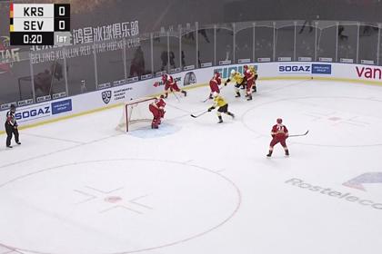 Канадский хоккеист свалил россиянина с ног ударом в голову