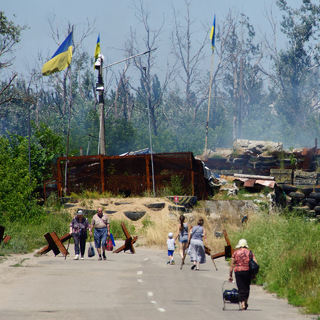 Местные жители в районе пропускного пункта «Станица Луганская», куда прибыли представители ОБСЕ для наблюдения за отводом украинских подразделений