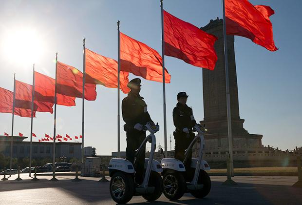 Китайские полицейские на площади Тяньаньмэнь в Пекине
