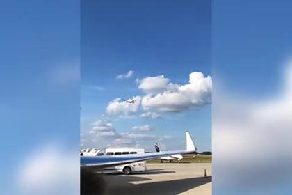 Горящий двигатель самолета в момент взлета попал на видео