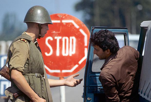 Проверка документов на блокпосту в связи с введением особого режима поведения граждан на всей территории Абхазии из-за грузино-абхазского конфликта. 1989 год
