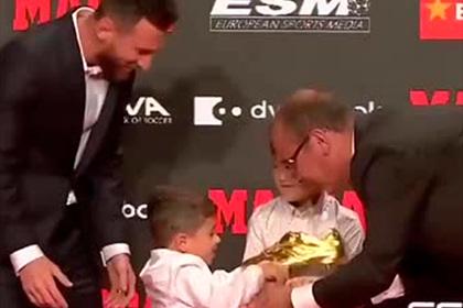 Месси получил рекордную «Золотую бутсу» из рук сыновей