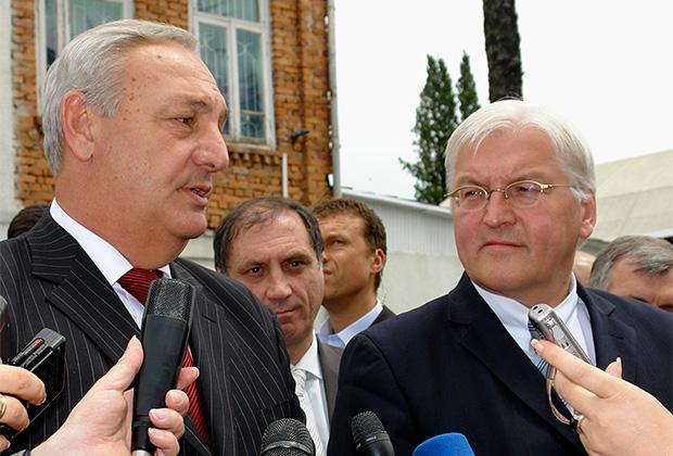 Президент Абхазии Сергей Багапш (слева) и министр иностранных дел Германии Франк-Вальтер Штайнмайер