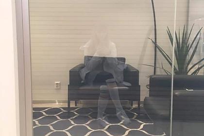 «Призрак» девушки в стекле напугал пользователей сети