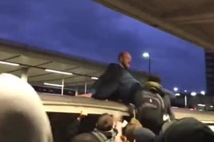 Протестующие взбесили пассажиров и были скинуты с поезда