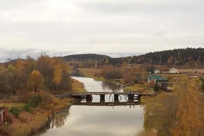 Изолированные на острове россияне устали ждать чиновников и сами построили мост