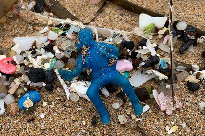 Пластиковые игрушки из прошлого века заполонили британские пляжи