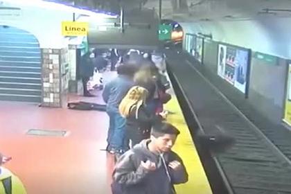 Пассажир метро потерял сознание и столкнул женщину под несущийся поезд