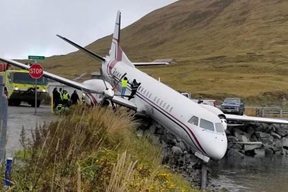 Пассажирский самолет выкатился за пределы посадочной полосы и повис над водой