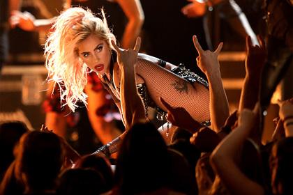 Леди Гага запрыгнула на фаната и рухнула со сцены