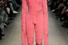 Во время показа испанский бренд Alvaro Mars на подиум вышли модели в крайне экстравагантных одеждах. Один из образов — кальмарообразный комбинезон с капюшоном и удлиненными рукавами.