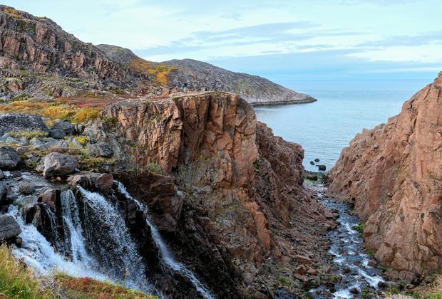 Водопад на ручье из озера Малое Батарейское у села Лодейное на Кольском полуострове