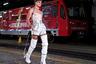 Российские мужчины настолько уверены в себе, что, по мнению Александра Арутюнова, могут носить и женскую одежду. Вот только в метро в таком виде в час пик лучше не появляться.