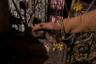 Посетительница храма гладит крыс и угощает их прасадом — священным лакомством, которое предлагают божеству. На площади перед храмом полно лавочек, где его продают. Если крыса стала есть прасад из рук человека, его ждет счастье.