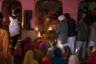 Во время церемонии аарти собираются члены семьи потомков Карни Маты, заступившей на дежурство в храме. Около большого огня они читают молитвы, а потом пламя выносят к паломникам, чтобы те прикоснулись к нему и получили благословение.