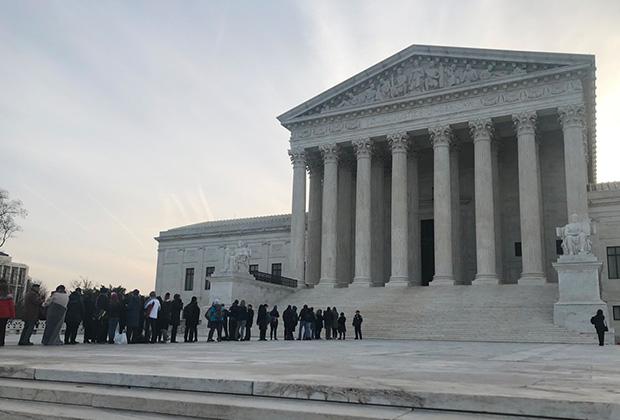 Более двухсот человек собрались у здания суда, в котором рассматривалось дело Флауэрса