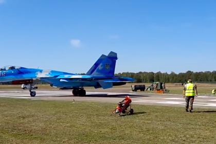 Сдувающий людей украинский Су-27 попал на видео