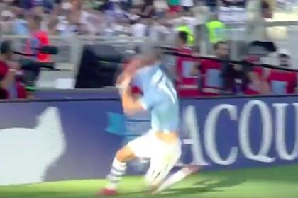 Футболист попытался сорвать футболку после гола, запутался и упал
