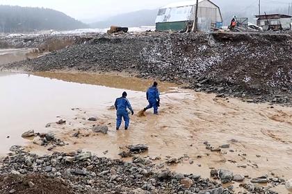 Стало известно об укреплении дамбы в Красноярском крае перед обрушением