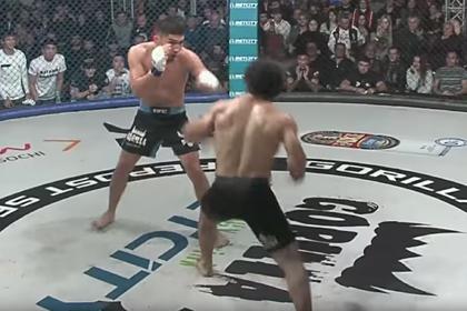 Боец MMA нокаутировал соперника ударом пяткой с разворота