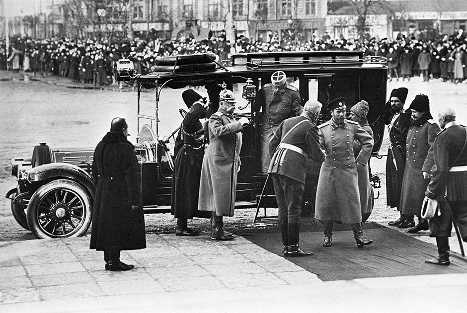 Николай II (в центре) прибывает на торжественное мероприятие по случаю празднования 300-летия Дома Романовых на своем роскошном автомобиле Delaunay-Belleville