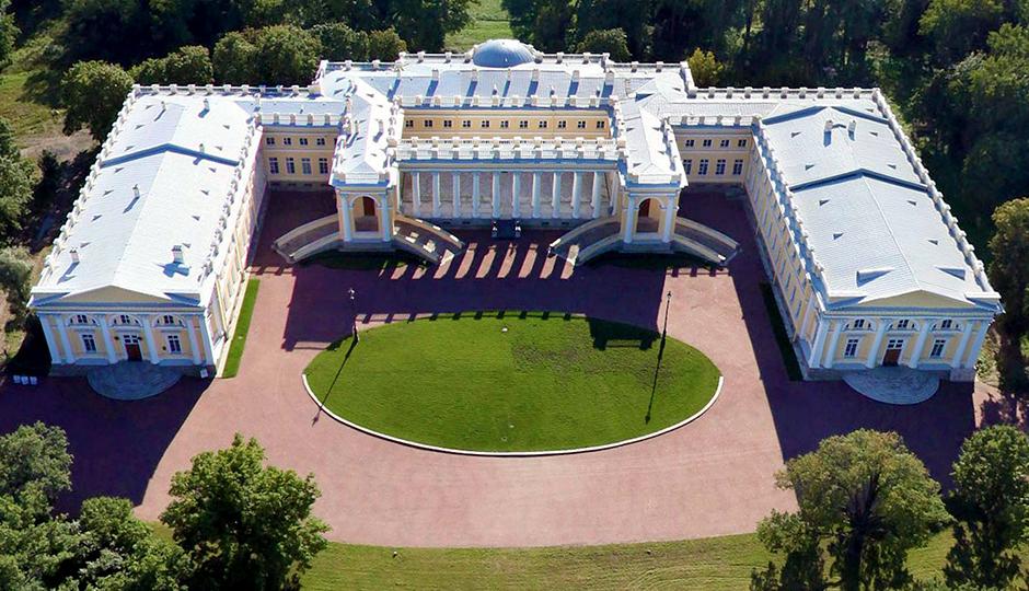 Николай и его семья продолжали некоторое время жить во дворце и после его отречения в 1917 году