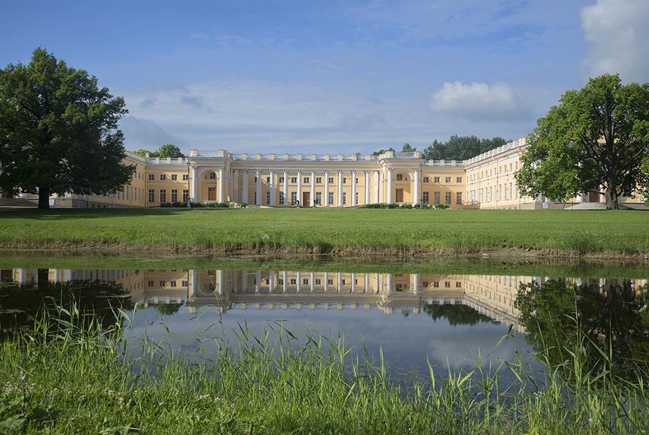 В отличие от Елизаветы Петровны и Екатерины II, проводивших лето в Екатерининском дворце Царского Села, Николай II выбрал для себя более скромный Александровский дворец