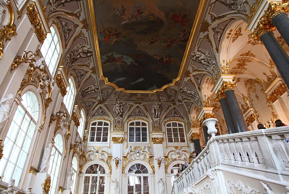 Иорданская лестница Зимнего дворца была расписана в 1750 году и переделана после пожара 1837 года Василием Стасовым
