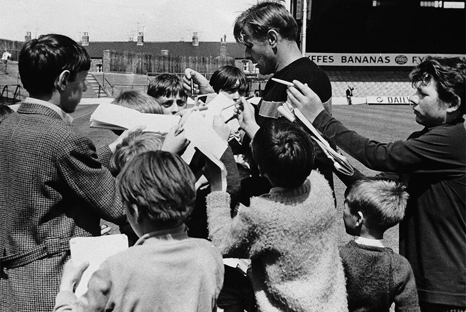1966 год. Лев Яшин дает автографы юным английским фанатам