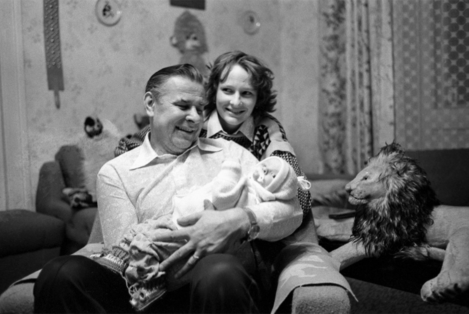 Лев Яшин дома с дочерью и внучкой
