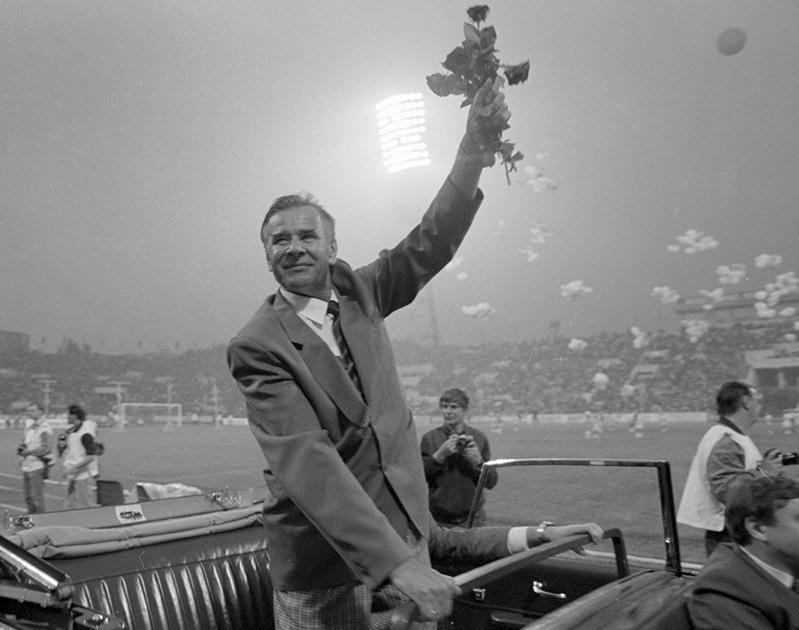 Лев Яшин совершает символический круг почета перед футбольным матчем сборной мира и сборной «Динамо»