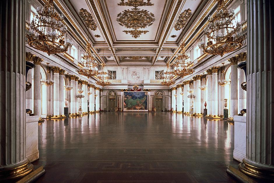 Георгиевский зал Зимнего дворца использовался в качестве главного тронного зала во время особо торжественных церемоний