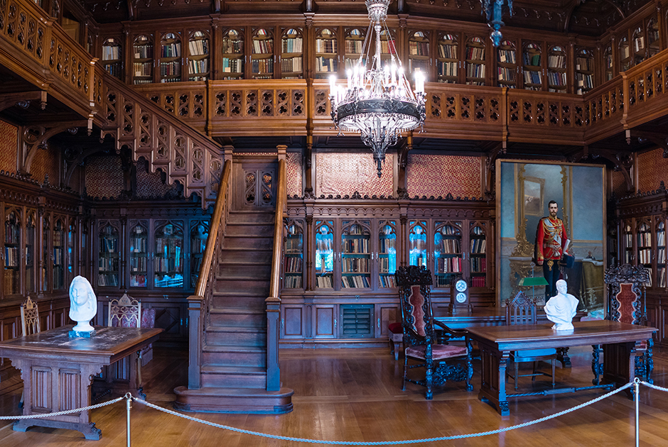 Библиотека Николая II выполнена в духе английской готики. Император часто принимал в ней чиновников высокого уровня. Например, Петра Столыпина