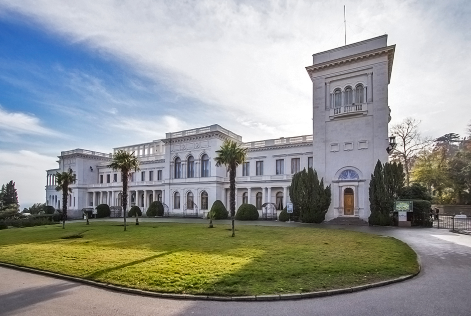 Императорская семья обожала проводить лето в Крыму, где их резиденцией был Ливадийский дворец, построенный в 1911 году по проекту архитектора Николая Краснова