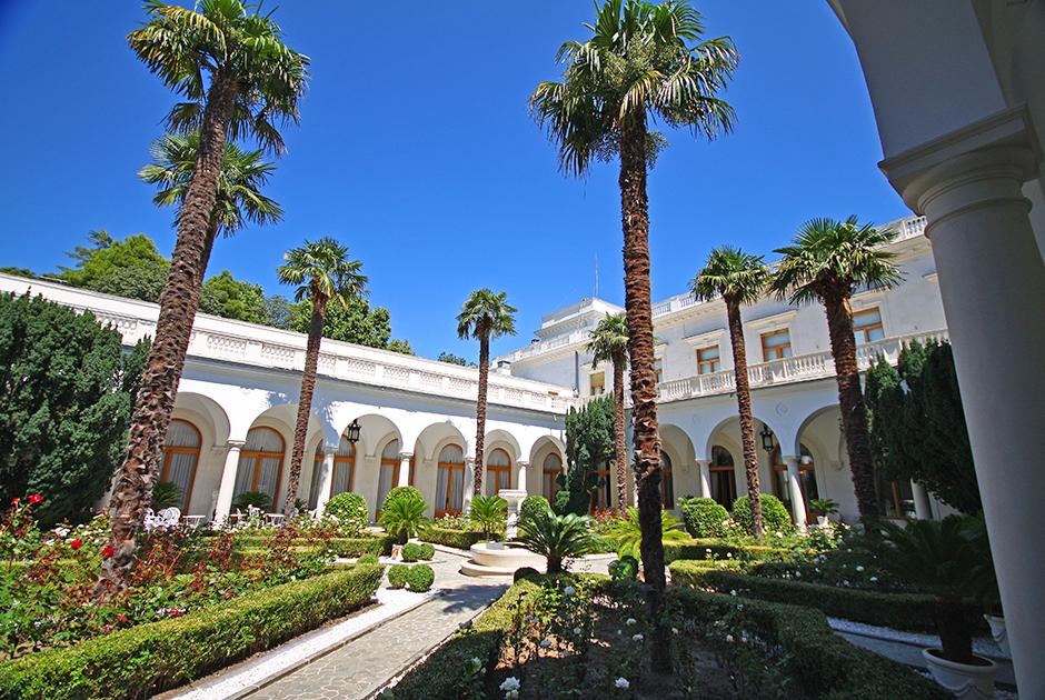 Дворец был построен в стилистике неоренессанс, подразумевающей наличие внутреннего дворика в итальянском стиле