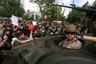В Сантьяго протестующие разгромили множество станций метро, разграбили магазины, сожгли более десятка автобусов и повредили турникеты на железнодорожных станциях. Для разгона бунтующих полиция использовала слезоточивый газ и водометы. При этом силовиков обвинили в несоразмерном применении силы к мирным демонстрантам, которые не принимали участия в погромах. <br></br> Метро пришлось полностью закрыть. Прекращено было и движение автобусов. Кроме того, некоторые авиакомпании отменили свои рейсы в чилийскую столицу: пострадали около 1,5 тысячи пассажиров.