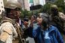В выходные протесты не прекратились: люди вновь вышли на улицы, и столкновения с полицией на фоне сгоревшего транспорта продолжились. Мирные демонстранты продолжали пикетировать правительственные здания, они стучали в кастрюли и выкрикивали лозунги, осуждающие действия полиции.  <br></br> Вслед за Сантьяго протесты и беспорядки перекинулись и на другие крупные города. В частности, в портовом городе Вальпараисо подожгли офисы, принадлежащие старейшей в стране газете Mercurio.