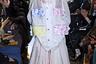 Кто-то при виде этого костюма от Микио Сакабе вспомнит Карлсона, кто-то увидит в нем наряд члена Ку-клукс-клана или обратит внимание на традиционные карманы на одежде Чжуньшань, также известной как френч Мао. Все зависит от бэкграунда.