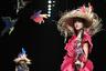Подиум во время показа Токуко Маэда был украшен пластиковыми пичугами, шляпы напоминали свежесвитые гнезда, а платья моделей — оперение тропических птиц.