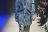 Дизайнеры бренда RABD надели на модель оверсайз-куртку, оверсайз-брюки, оверсайз-очки и дополнили образ самой обычной обувью.