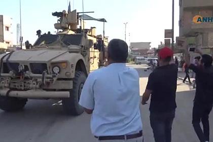 Курды закидали американских военных помидорами и камнями