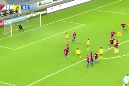 Вратарь забил гол «радиоуправляемым» ударом со штрафного