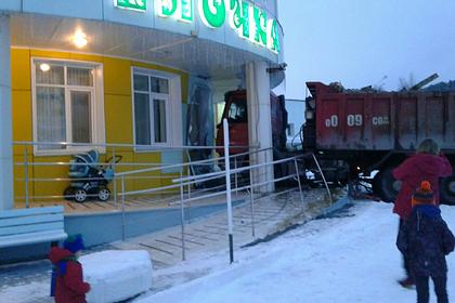 В России грузовик протаранил здание детского сада